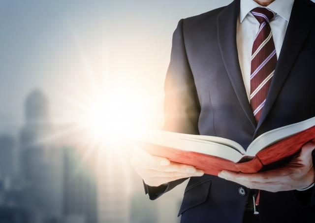 本を開く男性